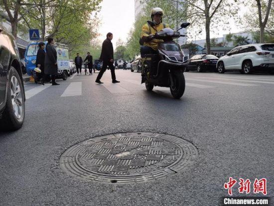 图为郑州市某路上的窨井盖 王登峰 摄