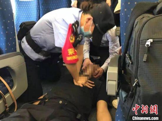 乘警为晕倒乘客做心肺复苏抢救。 郑州铁路公安处供图