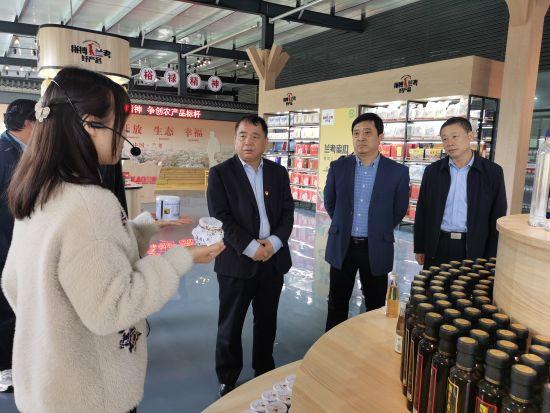 """企业工作人员向参观者介绍在""""首席服务官""""帮助下企业发展运营情况。王登峰 摄"""