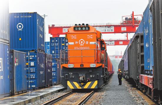 10月6日下午,中欧班列(郑州)总开行第5000列列车从中铁联集郑州中心站缓缓驶出,开往德国汉堡。(栗璋鹏 摄)
