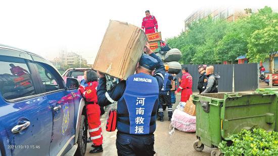 10月10日,辉县应急救援队队员在山西稷山县搬运应急物资。(齐光宇 摄)