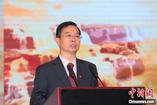 """10月12日上午,""""母亲河畔的中国""""网络主题活动启动仪式在河南开封举办。图为开封市委书记高建军在启动仪式上致辞。段晋哲 摄"""