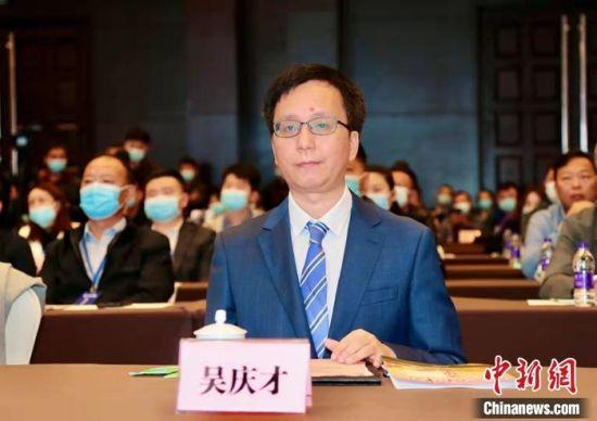 """10月12日上午,""""母亲河畔的中国""""网络主题活动启动仪式在河南开封举办。图为中国新闻网总编辑吴庆才出席启动仪式。段晋哲 摄"""
