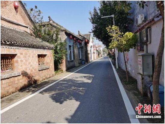 图为张庄村平整干净的路面。张尼 摄