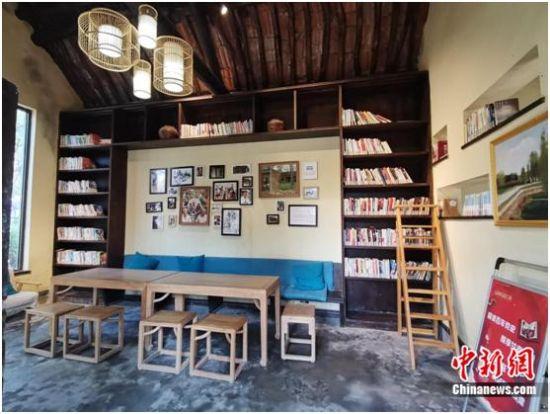 图为村里的图书馆。吉翔 摄