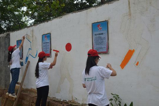 平顶山学院志愿者手绘墙画装扮校园