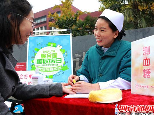 副主任医师陈海燕结合医院内分泌科的特色,现场用生动形象的食物模型
