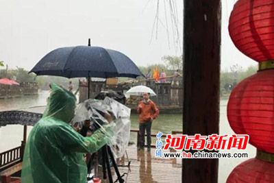 央视《还看今朝.河南篇》报道组走进清明上河园