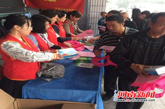 新乡市红旗区总工会开展创文宣传活动