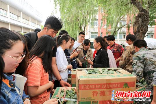 """河南高校代言""""扶贫西瓜"""",一天销售上万斤"""
