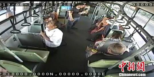 男子携带易燃品乘公交 车长自掏一元钱劝离